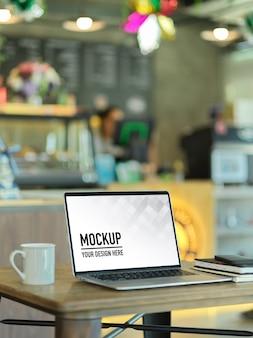 Photo recadrée d'un espace de travail portable avec maquette d'ordinateur portable