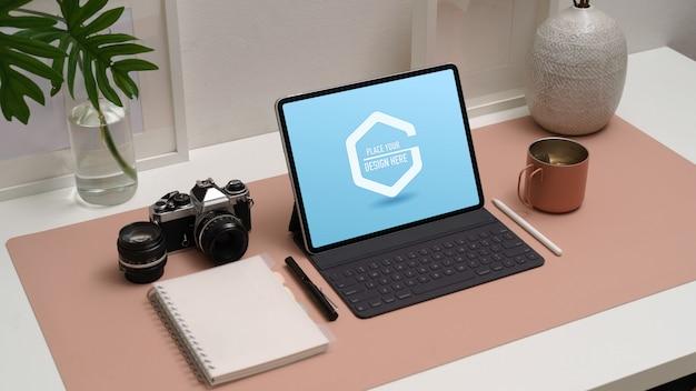 Photo recadrée de maquette de tablette numérique avec clavier