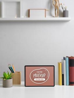 Photo recadrée de table de travail moderne avec maquette de tablette