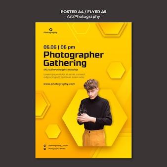 Photographe rassemblant un modèle de flyer