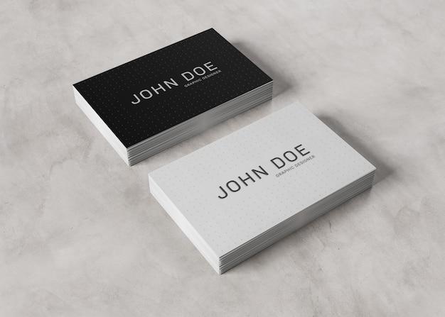 Pile de cartes de visite blanches sur une surface en béton
