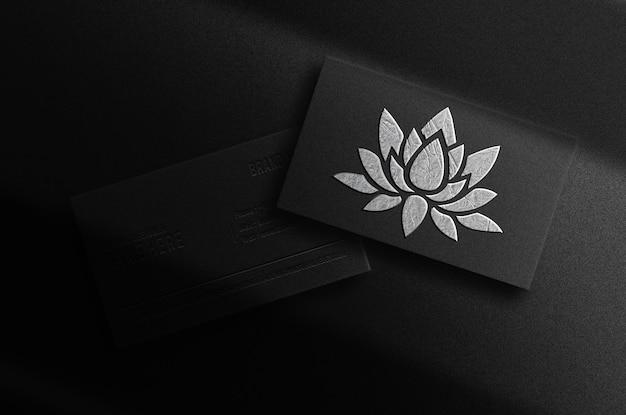 Pile de cartes de visite de maquette de logo en relief plaqué argent de luxe
