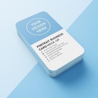 Une pile de cartes de visite verticales modifiables premium de 90 x 50 mm de hauteur modifiable avec des coins arrondis. modèle de conception maquette en vue en perspective