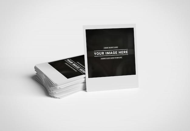 Pile de photos instantanées sur la maquette de surface blanche