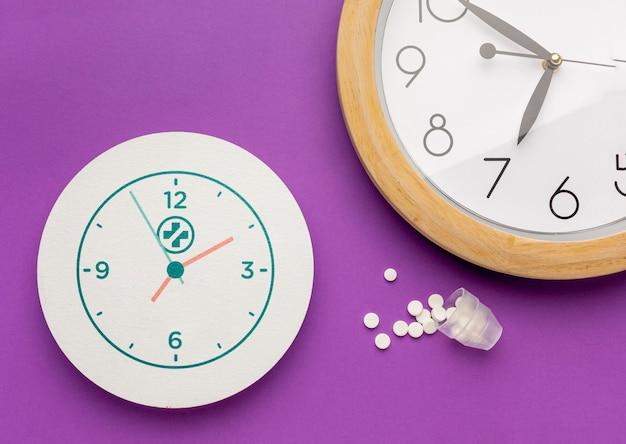 Pilules à jeter à plat et arrangement d'horloge