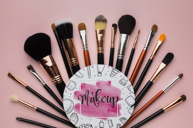 Pinceaux de maquillage professionnel sur la table