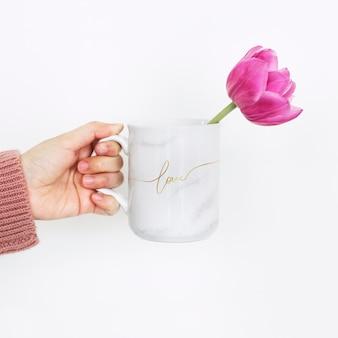 Pivoine dans une maquette de tasse d'amour