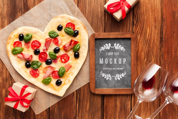 Pizza à plat sur table en bois
