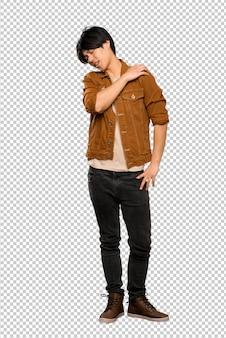 Plan complet d'un homme asiatique à la veste brune souffrant de douleur à l'épaule pour avoir fait un effort