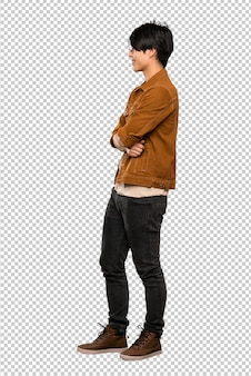 Plan complet d'un homme asiatique avec une veste marron en position latérale