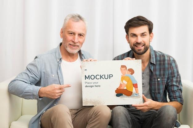 Plan moyen smiley père et fils