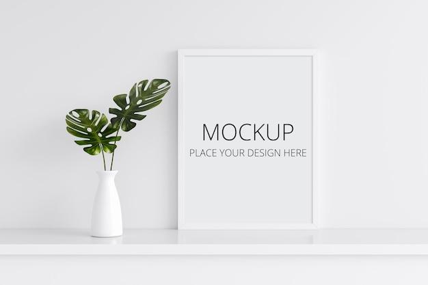 Plante monstera dans un vase avec maquette de cadre