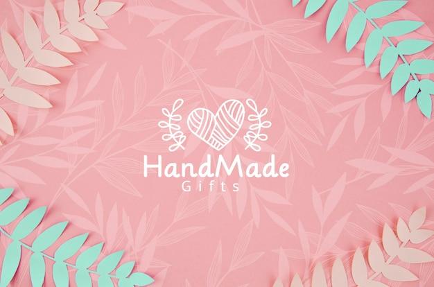 Plantes en papier fond rose et bleu à la main