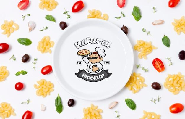 Plaque de maquette d'aliments sains avec des pâtes et des tomates