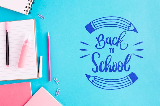 Plat lay retour à l'école avec fond bleu