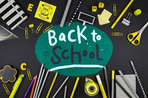 Plat lay retour à l'école avec un fond noir
