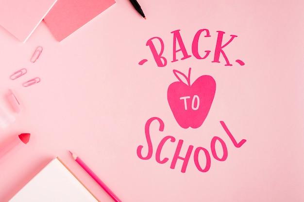Plat lay retour à l'école avec fond rose