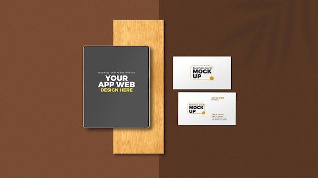 Pliez la tablette de smartphone avec une maquette de carte de visite