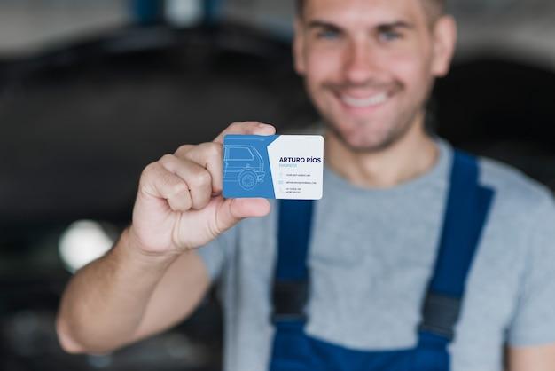 Plombier présentant une carte de visite