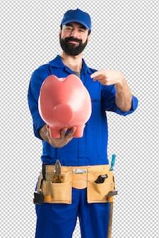 Plombier tenant une tirelire