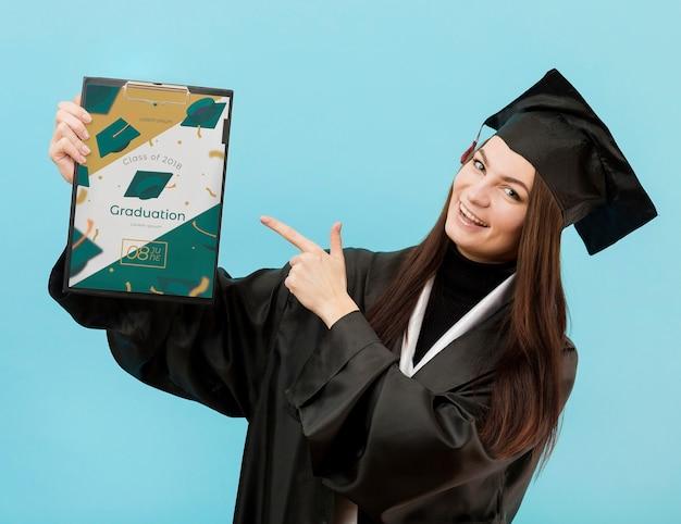 Portrait, étudiant, tenue, diplôme