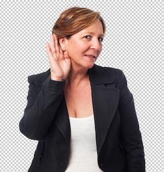 Portrait d'une femme d'affaire mature écoutant quelque chose