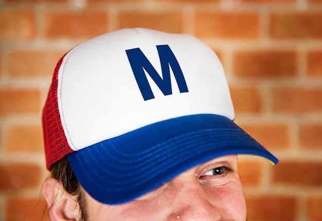 Portrait d'homme caucasien coiffé d'une casquette