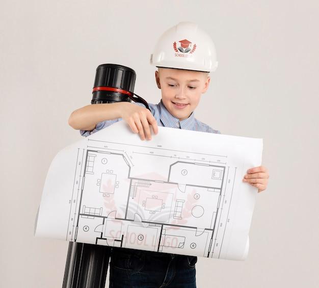 Portrait de jeune garçon se faisant passer pour architecte
