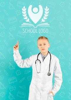 Portrait de jeune garçon se faisant passer pour un médecin