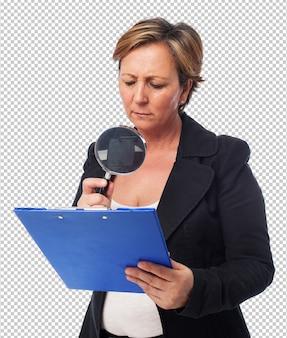 Portrait, mûrir, femme affaires, regarder, contrat