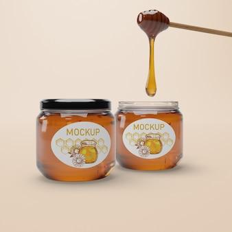 Pot avec maquette de miel naturel sur table