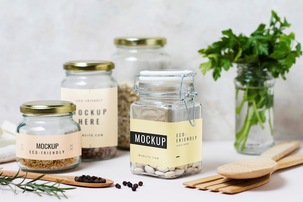 Pots avec ustensiles de cuisine et ingrédients