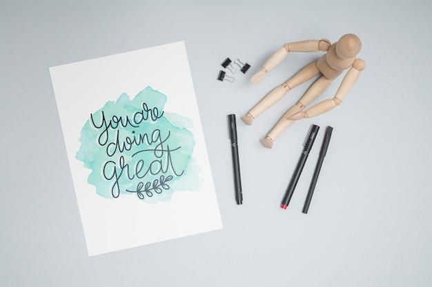 Poupée en bois avec des stylos