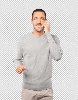 Préoccupé jeune homme faisant un geste de grattage
