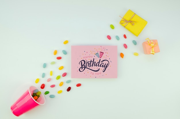 Préparations de fête d'anniversaire avec des cadeaux et des confettis