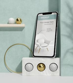 Présentation de la maquette du smartphone avec des éléments en pierre et métalliques