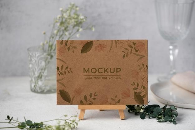 Présentoir de table avec maquette de carte en papier floral