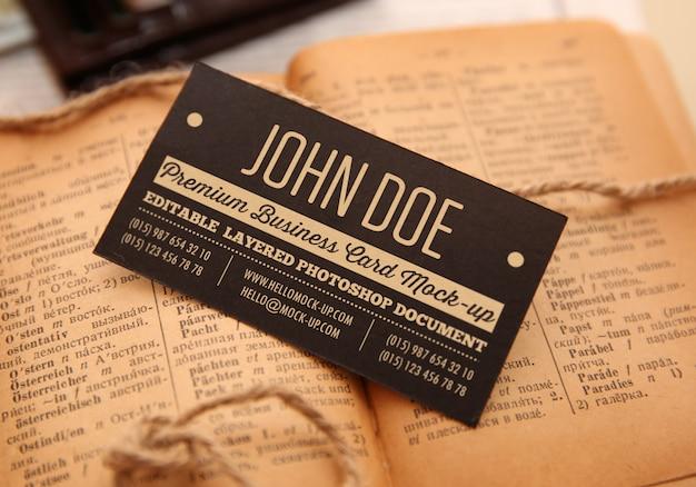 Presse blanche sur la maquette du modèle de carte de visite en papier noir
