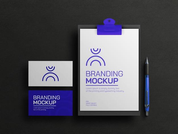 Presse-papiers bleu avec maquette de carte de visite