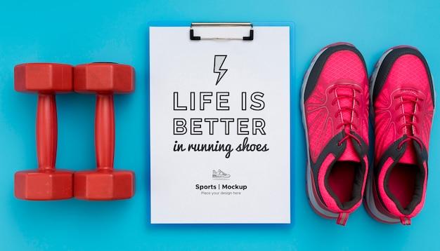 Presse-papiers avec chaussures et poids à côté
