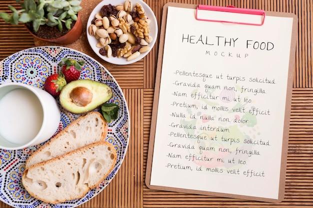 Presse-papiers à côté de la plaque avec des aliments sains