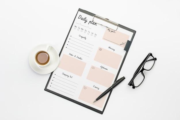 Presse-papiers avec plan et tâches quotidiens