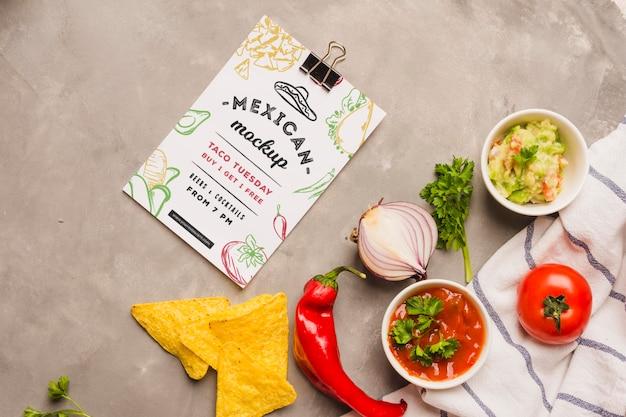 Presse-papiers de restaurant mexicain à côté des ingrédients