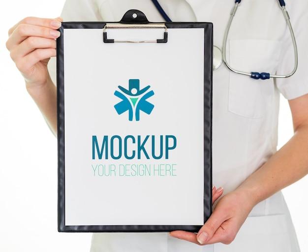 Presse-papiers avec résultats médicaux