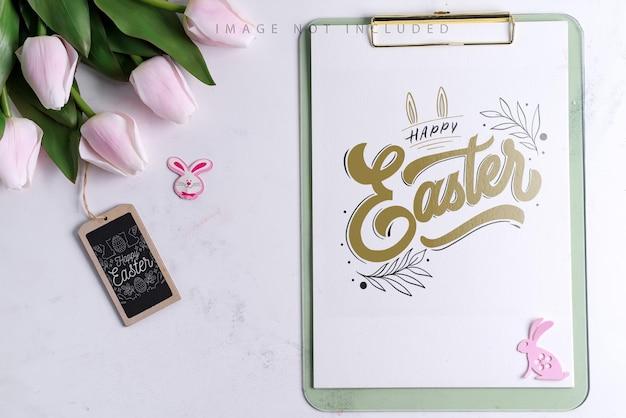 Presse-papiers avec des tulipes de printemps avec lapin de pâques avec maquette