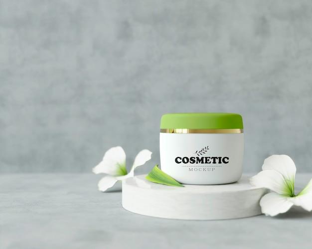 Produit cosmétique sur un stand avec des fleurs