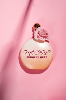 Produits cosmétiques naturels roses rose gel, lotion, sérum ou toner roses sur rose