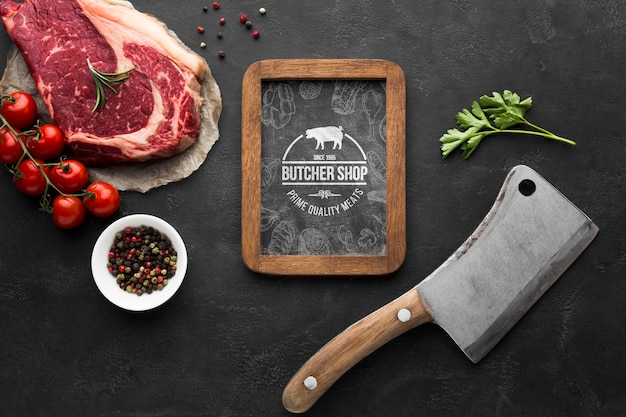 Produits de viande avec maquette de tableau noir