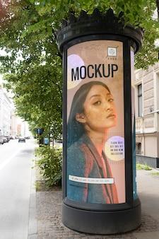 Publicité de rue avec photo de femme