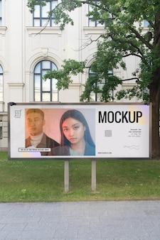 Publicité de rue avec photo de personnes